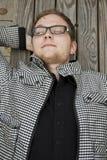Ung man, i att vila för exponeringsglas Arkivbilder