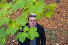 Ung man i Autumn Landscape royaltyfri fotografi