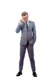 Ung man i bärande exponeringsglas för en affärsdräkt arkivfoton