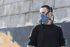 Ung man i en respirator Gatakultur Fotografering för Bildbyråer