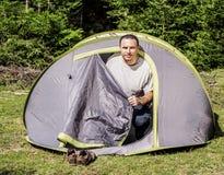 Ung man i ett tält Royaltyfri Bild
