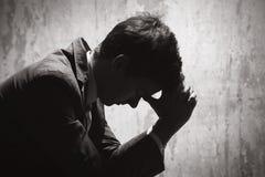 Ung man i förtvivlan arkivfoton