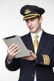 Ung man i form av en pilot för passagerarenivå Arkivfoton