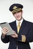 Ung man i form av en pilot för passagerarenivå Royaltyfri Fotografi