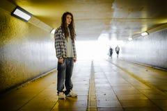 Ung man i gångtunnel Royaltyfri Bild