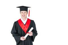 Ung man i hållande diplom för avläggande av examenhatt på vit Arkivfoto