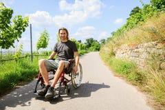 Ung man i rullstol utomhus Royaltyfria Foton
