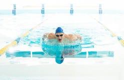 Ung man i simbassäng Arkivfoto