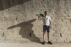 Ung man i tunnel med att posera för skateboard arkivbilder