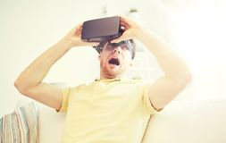 Ung man i virtuell verklighethörlurar med mikrofon eller exponeringsglas 3d Royaltyfria Bilder