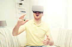 Ung man i virtuell verklighethörlurar med mikrofon eller exponeringsglas 3d Royaltyfria Foton