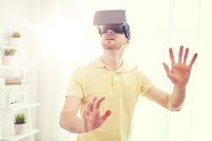 Ung man i virtuell verklighethörlurar med mikrofon eller exponeringsglas 3d Arkivbild