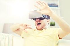Ung man i virtuell verklighethörlurar med mikrofon eller exponeringsglas 3d Royaltyfri Fotografi