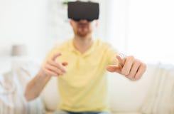 Ung man i virtuell verklighethörlurar med mikrofon eller exponeringsglas 3d Fotografering för Bildbyråer