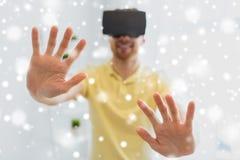Ung man i virtuell verklighethörlurar med mikrofon eller exponeringsglas 3d Arkivfoto
