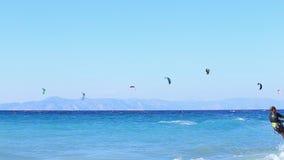 Ung man Kitesurfing i havet som gör extremt trick arkivfilmer
