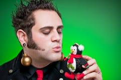 Ung man klätt som jul som älskar Emo Goth Royaltyfri Foto