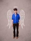 Ung man med ängel illustrerade vingar Royaltyfria Bilder
