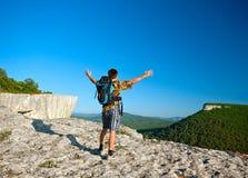 Ung man med öppna armar Fotografering för Bildbyråer