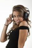 Ung man med angenäma tankar på grund av ljudet Arkivfoto