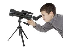 Ung man med astronomiteleskopet Arkivbild