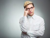Ung man med att tänka för exponeringsglas Arkivbild