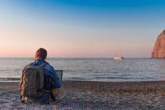 Ung man med b?rbar datorarbete p? stranden Frihet, avl?gsna arbets-, freelancer-, teknologi-, internet-, lopp- och semesterbegrep royaltyfria bilder