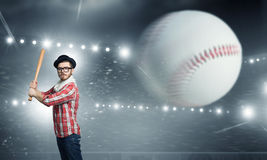 Ung man med baseball Royaltyfri Foto