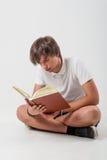 Ung man med boken Royaltyfri Bild