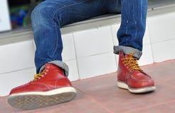 ung man med bruna läderskor Arkivbild
