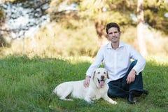 Ung man med den mycket gamla hunden i parkera Royaltyfria Foton