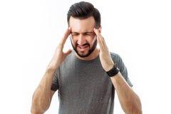 Ung man med det hållande huvudet för skägg med fingrar i loo för båda händer royaltyfri foto