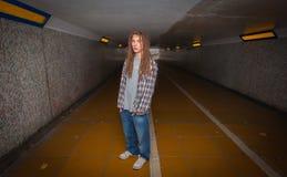 Ung man med dreadlocks i gångtunnel Royaltyfri Fotografi