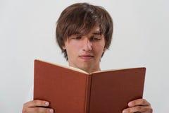 Ung man med en bok Royaltyfri Foto