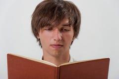 Ung man med en bok Royaltyfria Bilder