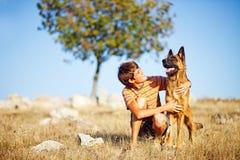 Ung man med en hund arkivbilder