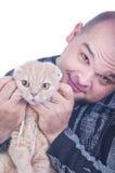 Ung man med en katt Royaltyfri Bild