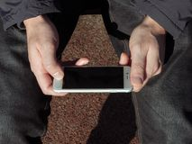 Ung man med en mobil enhet Arkivfoto