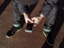 Ung man med en mobil enhet Royaltyfria Bilder