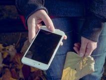 Ung man med en mobil enhet Fotografering för Bildbyråer