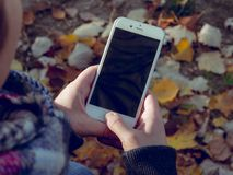 Ung man med en mobil enhet Royaltyfri Foto