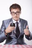 Ung man med ett exponeringsglas av wine Arkivbild