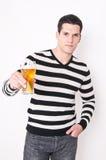 Ung man med exponeringsglas av öl Arkivfoton