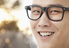 Ung man med exponeringsglas som ler närbilden, stående Royaltyfria Foton