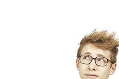 Ung man med exponeringsglas som ser copyspace Fotografering för Bildbyråer
