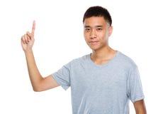 Ung man med fingerpunkt ut Arkivfoto
