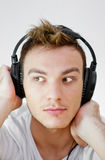 Ung man med hörlurar Fotografering för Bildbyråer