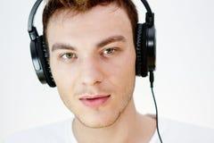 Ung man med hörlurar Arkivfoto