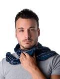 Ung man med halsduken som rymmer hans hals på grund av halsknip arkivbild