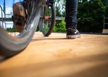 Ung man med hans cykel på en ramp, omkring att göra några sinnessjuka trick royaltyfria bilder